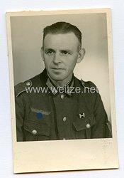 Wehrmacht Heer Portraitfoto, Soldat mit Bandspange