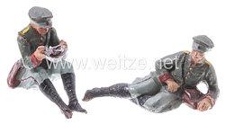 Elastolin - Heer Lagerleben - 2 Soldaten mit Schirmmütze sitzend essend und links liegend