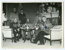 III. Reich Pressefoto: Hochdekorierte Offiziere beim Gespräch