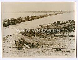Wehrmacht Pressefoto: Eine von Pionieren gebaute Pontonbrücke über den Dnjepr 17.9.1941