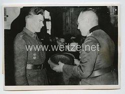 Wehrmacht Pressefoto: Ritterkreuzträger General der Infanterie Weisenberger überreicht an der Kandalakscha-Front einem finnischen Soldaten als Anerkennung für eine besondere Leistung ein Geschenk 1.6.1943