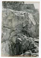 Wehrmacht Heer Pressefoto: Im Schutze des Geländes arbeitet sich der Sturmtrupp an den Felsbunker heran