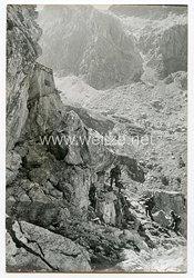 Wehrmacht Heer Pressefoto: Der Pionier-Stosstrupp geht mit geballter Ladung gegen den Felsbunker vor