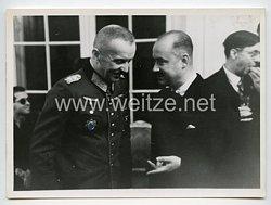 Wehrmacht Heer Pressefoto: General und Ritterkreuzträger mit Deutschen Kreuz in Gold bei einem Empfang