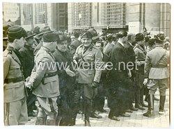 Königreich Italien Pressefoto: Italienische Offiziere bei einer Kundgebung