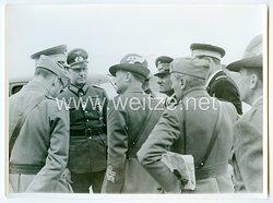 Wehrmacht Pressefoto, General des Heeres im Gespräch mit italienischen Offizieren