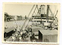 Wehrmacht Foto, Soldaten und Kfz auf einem Schiffsdeck