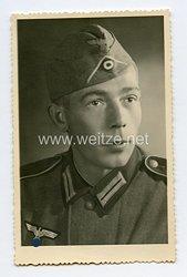 Wehrmacht Portraitfoto, Soldat der Infanterie mit Schiffchen