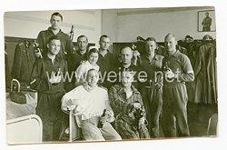 Wehrmacht Gruppenfoto, Unteroffizier im Sportanzug im Lazarett