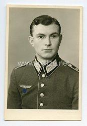 Wehrmacht Portraitfoto, Soldat mit Waffenrock