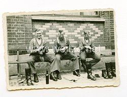 Luftwaffe Foto, Soldaten beim Putzen der Knobelbecher