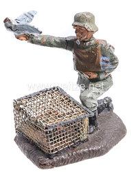 Lineol - Heer Soldat kniend mit Brieftaubenkasten