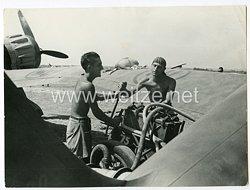Königreich Italien Pressefoto: Soldaten setzen ein Kampfflugzeug in Stand