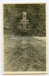 Wehrmacht Heer Foto, Stahlhelm mit Drahtgeflecht auf einen Soldatengrab