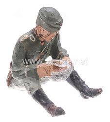 Lineol - Heer Lagerleben - Soldat mit Schiffchen sitzend essend