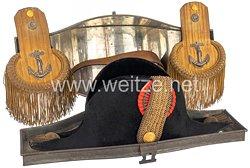 Königreich Dänemark Zweispitz und Epauletten für einen Offizier derKongelige Danske Marine im original Blech-Koffer
