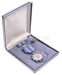 USA - Air Force Meritoriuos Achievement Medal in Case with Lapel Pins and Ribbon Bar