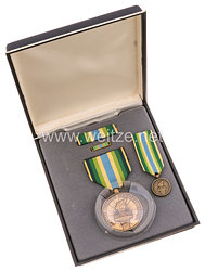 USA - Armed Forces Service Medal in Case with Miniature, Lapel Pin and Ribbons Bars