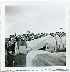 Foto einer Musikkapelle der Kriegsmarine an Bord.