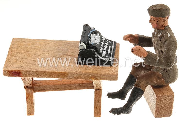 Elastolin - Heer Soldat sitzend am Tisch mit Schreibmaschine