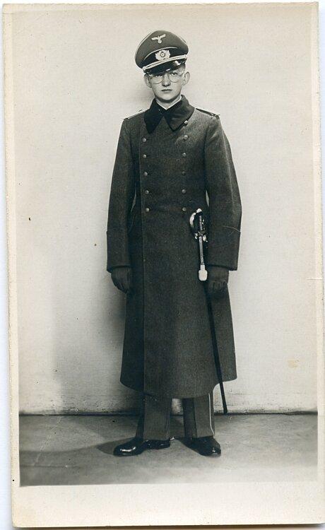 Foto eines Offizier der Wehrmacht mit Mantel und Säbel