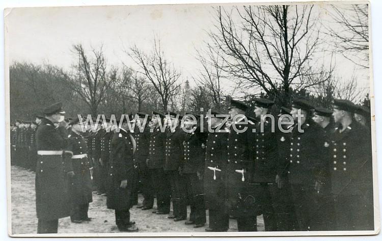 Foto, Erich Raeder schreitet die Front von Angehörigen der Kriegsmarine ab