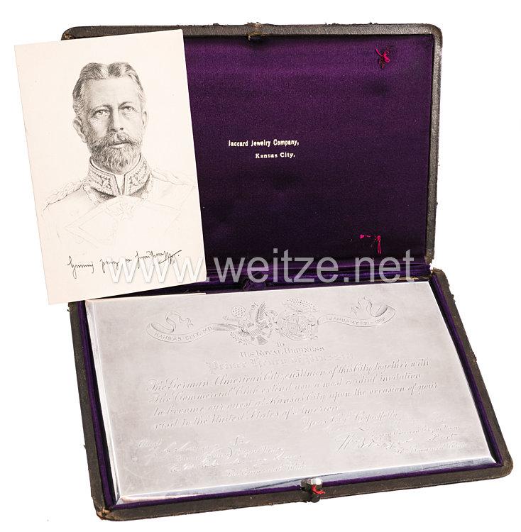 """Prinz Heinrich von Preußen: silberne """"Einladungskarte"""" der Deutsch-Amerikanischen Bürgerunion der Stadt Kansas City anlässlich seines Staatsbesuchs 1902"""