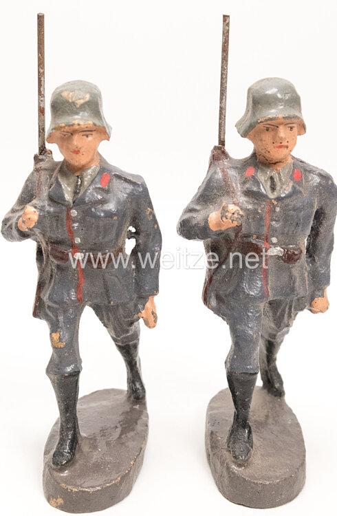 Luftwaffe 2 Flak-Soldaten mit Stahlhelm und Gewehr marschierend