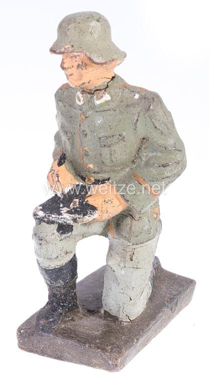 Lineol - Heer Soldat kniend auf Karte schreibend