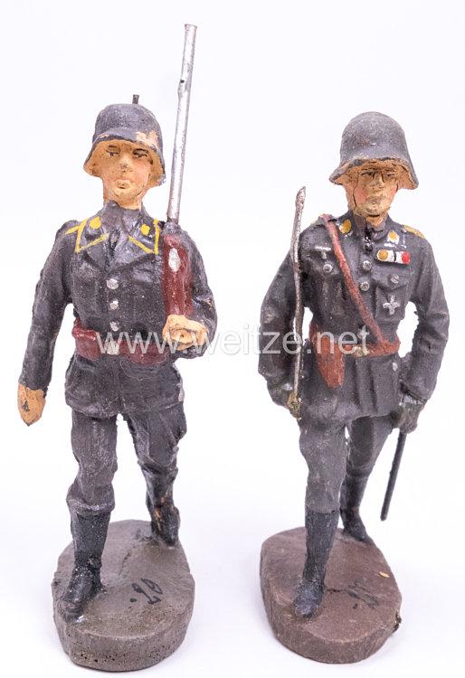 Elastolin - Luftwaffe Fliegertruppe Offizier und Soldat mit Gewehr und Stahlhelm marschierend