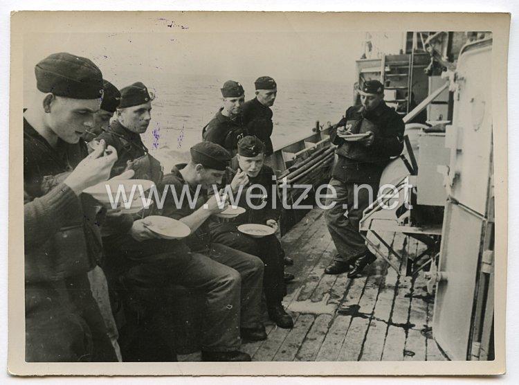 Kriegsmarine Pressefoto: Die Mahlzeit wird an Deck eingenommen 15.11.1940