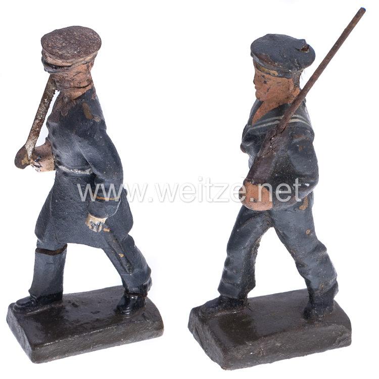 Lineol - Kriegsmarine Offizier und Matrose in blauer Uniform marschierend