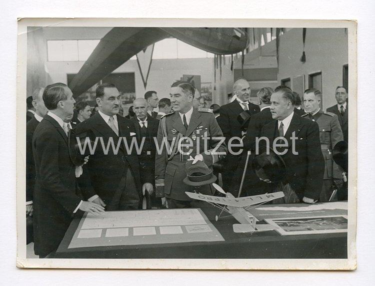 III. Reich Pressefoto. Italienischer General der Luftwaffe besichtigt eine Luftfahrtmesse