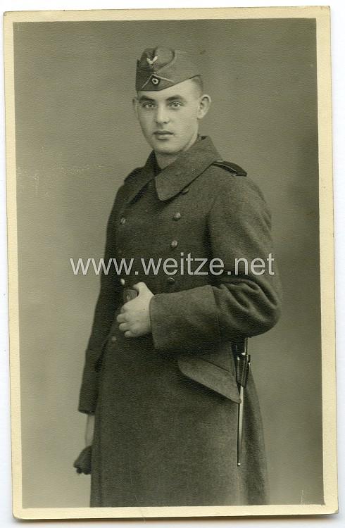 Foto, Angehöriger der Wehrmacht mit Bajonett