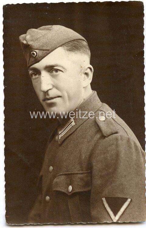 Portraitfoto eines Gefreiten der Wehrmacht mit Schiffchen