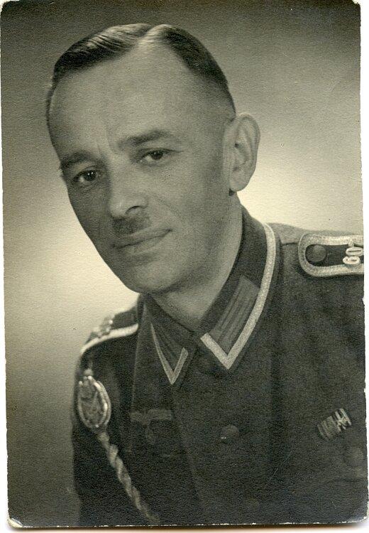 Portraitfoto eines Unteroffiziers mit Schützenschnur und Regimentszahlen