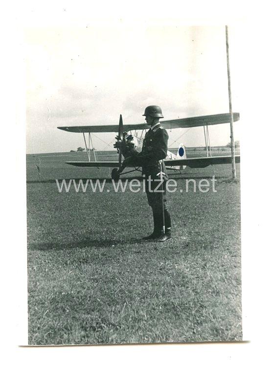 Luftwaffe Foto, Unteroffizier vor einem Schulungsflugzeug