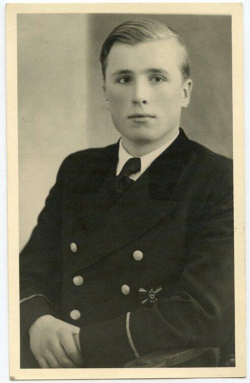 III. Reich - Portraitfoto, Angehöriger der Handelsmarine mit NSRL-Wassersport Abzeichen
