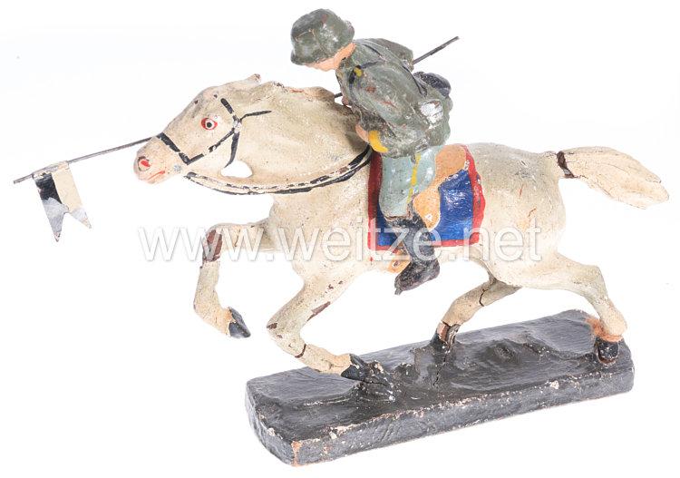 Heer Reiter mit Lanzenfahne im Anschlag auf Pferd im Galopp