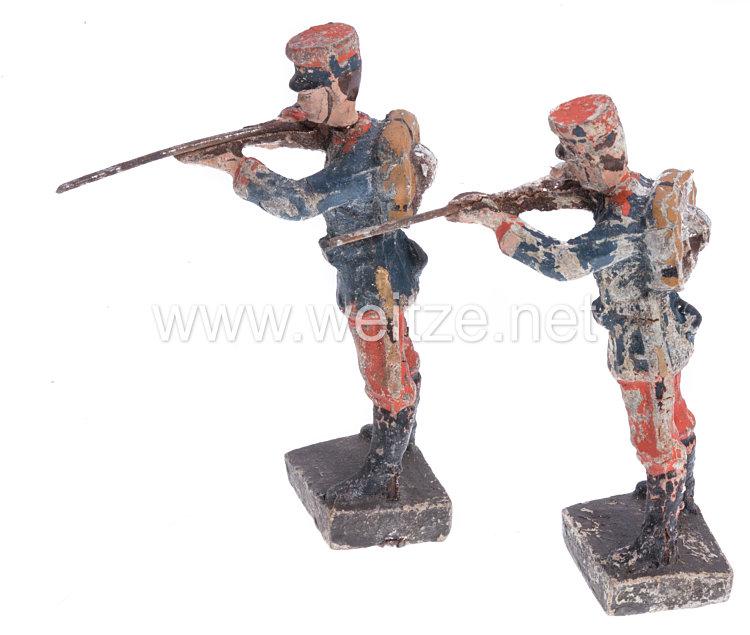 Lineol - 1. Weltkrieg Frankreich 2 Soldaten in blauer Uniform mit Tornister stehend schießend