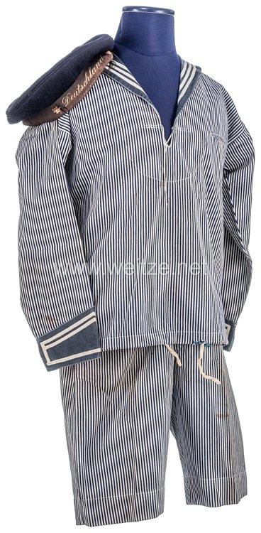 Marine Uniformensemble einer Kinderuniform