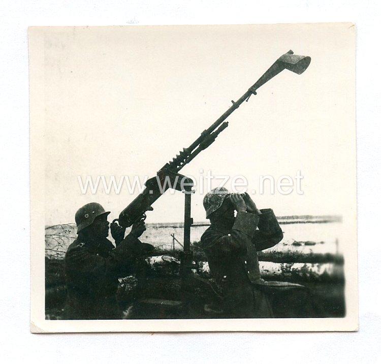 Waffen-SS Foto, Oberwachtmeister einer SS-Polizei-Division an einem Flakgeschütz