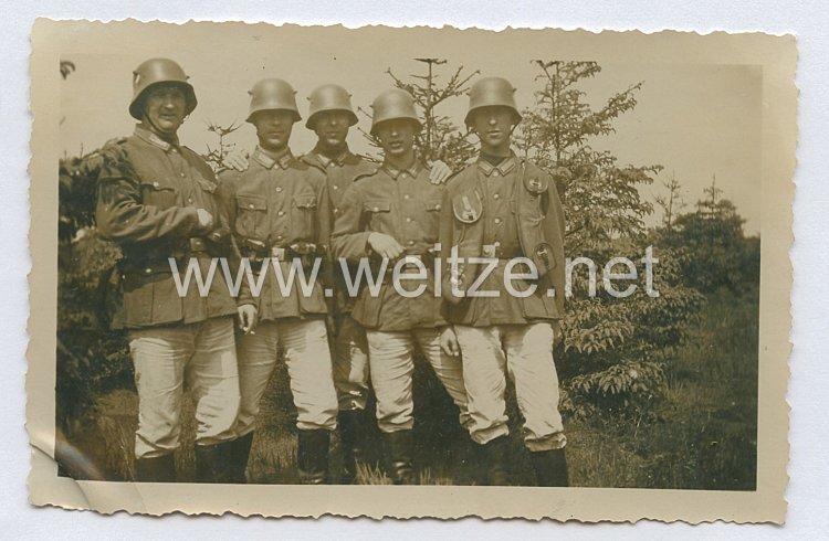 Weimarer Republik Foto, Soldaten mit M18 Stahlhelm und MG13 Bandolier fürMagazine