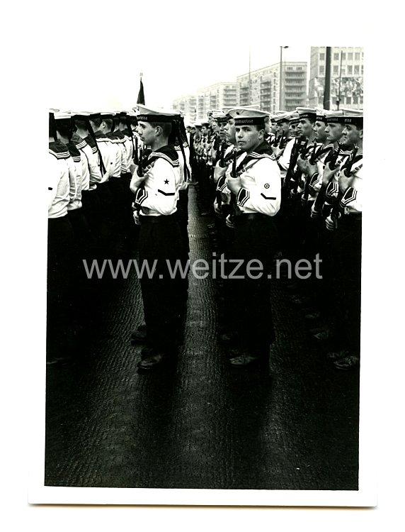 Nationale Volksarmee Pressefoto, Soldaten beim Antritt