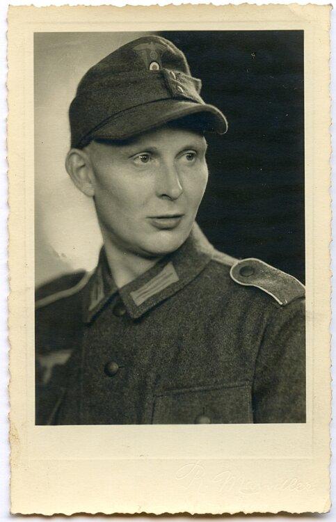 Fotoportrait eines Angehörigen der Infanterie mit Feldmütze