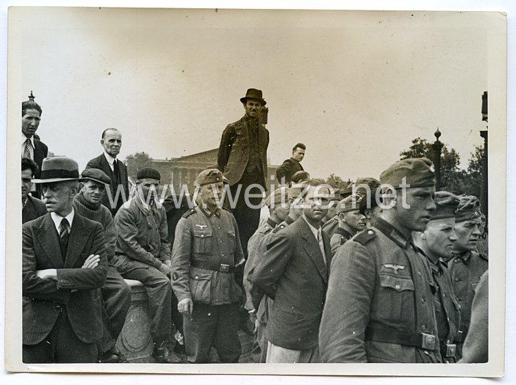 Wehrmacht Pressefoto: Pariser und Wehrmachtssoldaten schauen die Parade am Place de la Concorde zu (Frankreich)
