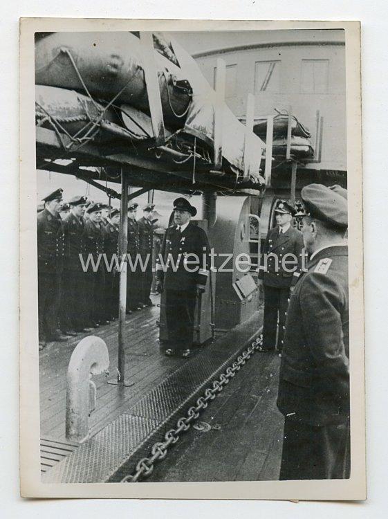 Kriegsmarine Pressefoto: Flottillenchef spricht Annerkennungzu seinen Vorpostenboot-Fahrer