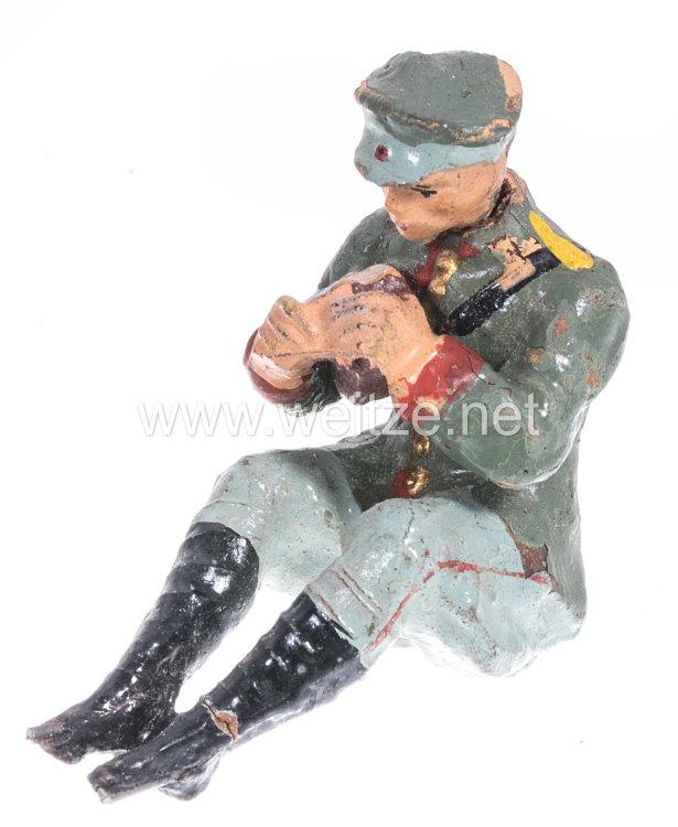 Elastolin - Heer Lagerleben - Soldat mit Schirmmütze sitzend Brot schneidend