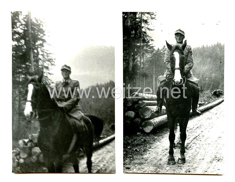III. Reich Schutzpolizei 2 Fotos, eines Oberleutnants mit aufgenähtem Polizei Ärmelabzeichen für Gebirgsjäger