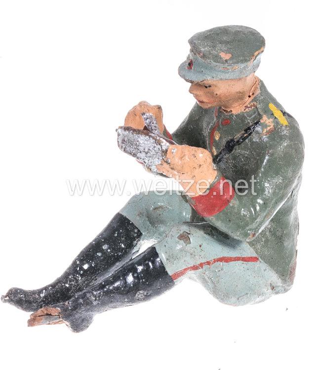 Elastolin - Heer Lagerleben - Soldat mit Schirmmütze sitzend essend